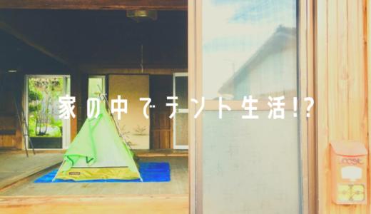 家の中にテントを張って暮らす男。